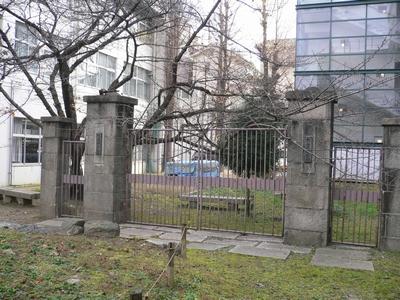 校内にある古い門の跡
