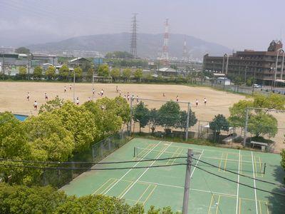 大阪青凌中高 校舎から校庭を望む