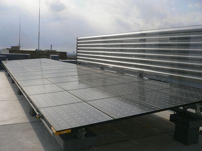 屋上太陽光発電パネル